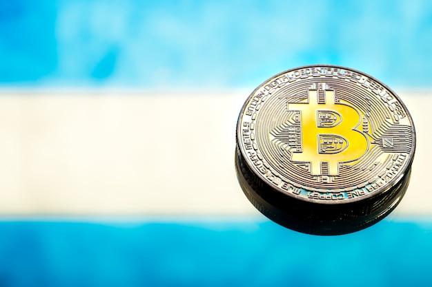 Монеты биткойн, против аргентинского флага, концепция виртуальных денег, крупный план. концептуальное изображение.