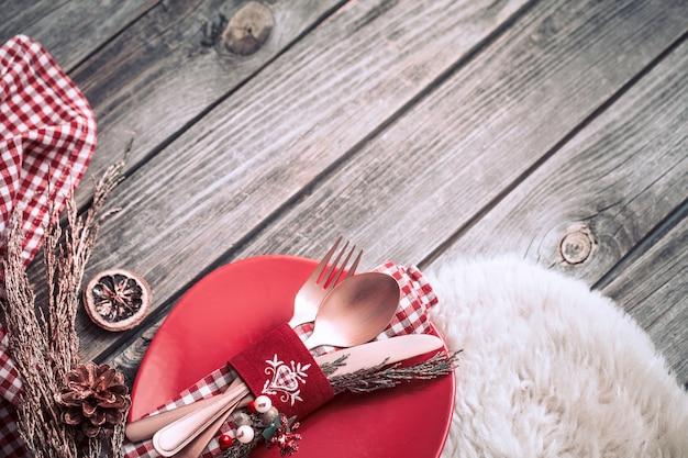 木製のテーブルの装飾が施されたクリスマスディナーカトラリー