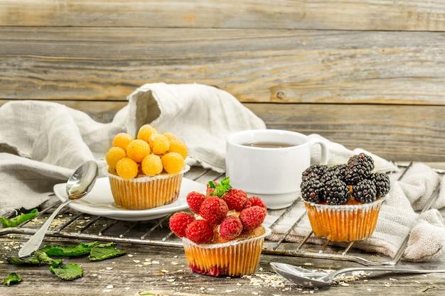 Красивые кексы с ягодами на деревянный стол
