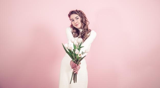 Молодая девушка с тюльпанами