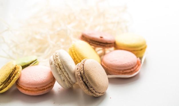 Красочные миндальное печенье на деревянный стол