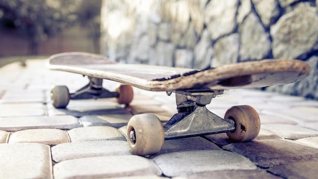 Старый скейтборд крупным планом