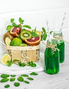 Зеленый коктейль на белой поверхности