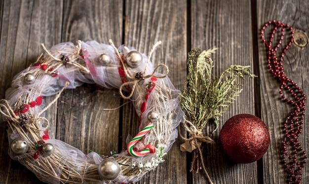 Рождественский венок на деревянном фоне
