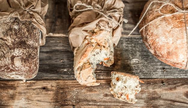木製の背景に焼きたてのパン