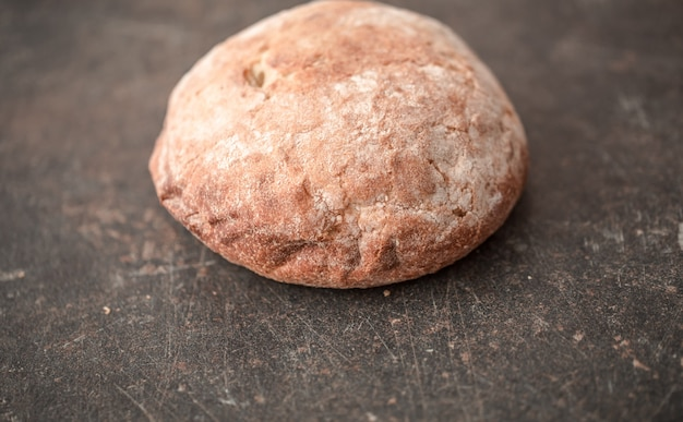 テーブルの上の新鮮でおいしいパン