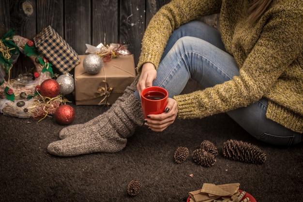 手に赤いカップを持つ少女