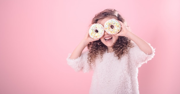 ドーナツと少し微笑んでいる女の子の肖像画