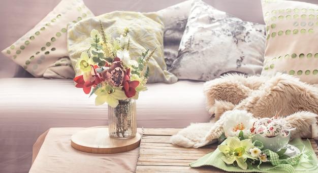 Домашний весенний интерьер в гостиной