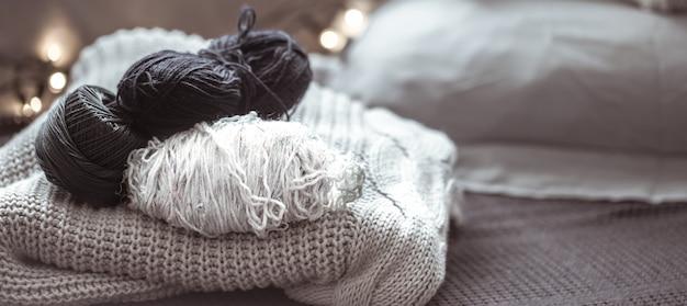 Вязаный свитер с ниткой