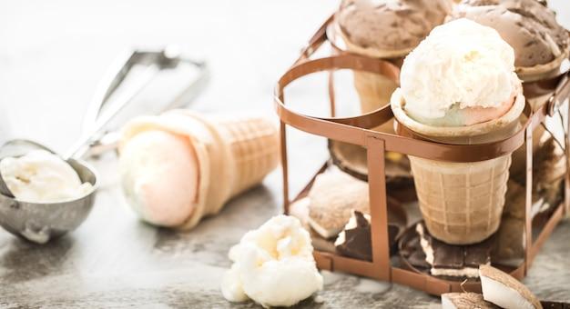 Разное мороженое в конусе
