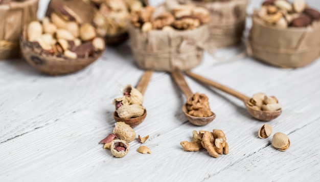 Разные орехи в тарелках