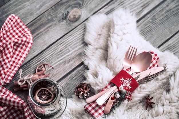 木製の背景に装飾が施されたクリスマスディナーカトラリー