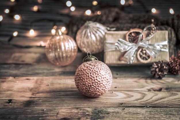 クリスマスや新年の背景、クリスマスツリーのヴィンテージのおもちゃ