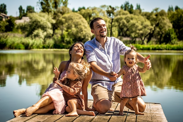 Молодая семья на пристани возле озера