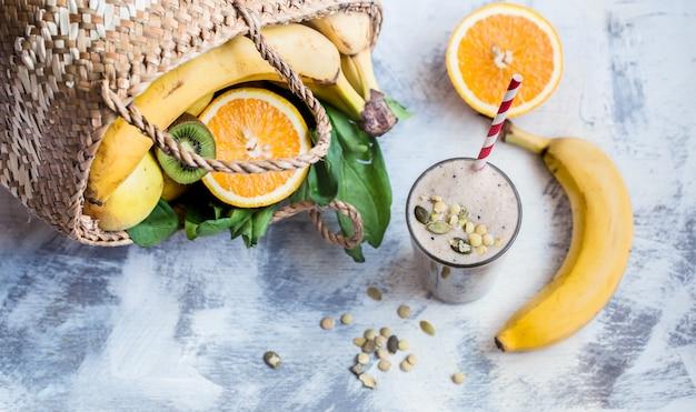 Смузи с фруктами на деревянном фоне