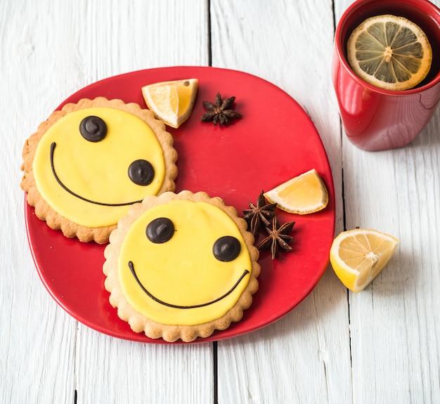 Чашка горячего чая с лимоном и печеньем