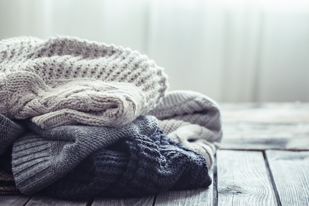 木製の背景にニットのセーター