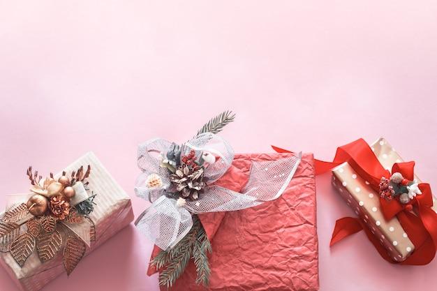 ピンクの背景の美しいギフトホリデーボックス