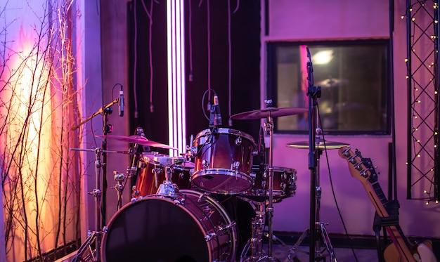 明るいレコーディングスタジオ。