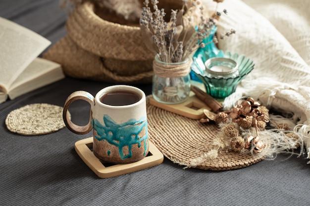 美しい手作りのセラミックカップのある居心地の良い部屋での静物。