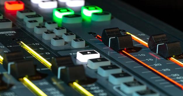 レコーディングスタジオのデジタルミキサー、クローズアップ