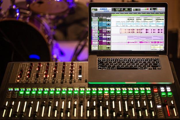 レコーディングスタジオのデジタルミキサー。サウンドと音楽を録音するためのコンピュータを備えています。