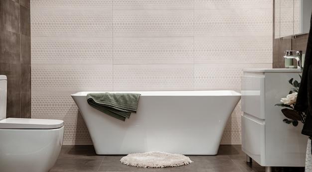 Современный интерьер ванной комнаты с декоративными элементами.