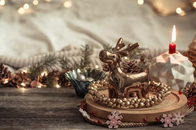 内部にクリスマスの装飾が施された構成