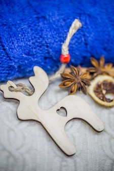 木のおもちゃのクリスマス、セーターのクローズアップ