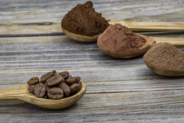 木製の異なる角度、クローズアップでコーヒーを飲みながら美しい小さな木のスプーン