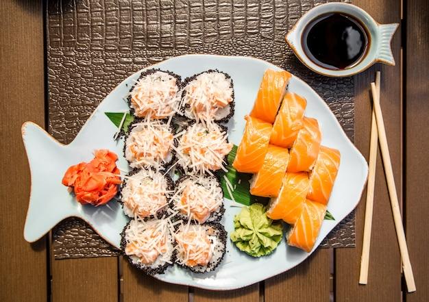 美しいプレートで巻き寿司