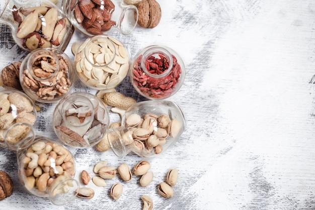 瓶の中の異なるナッツ