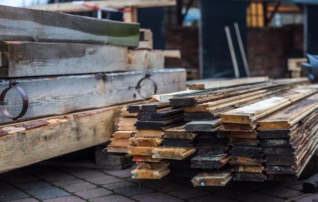 Склад деревянных досок на улице