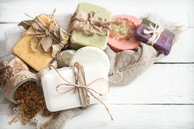 Органическое мыло на деревянном столе