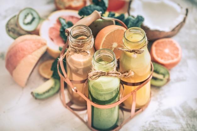 健康的なフレッシュジュースとフルーツ