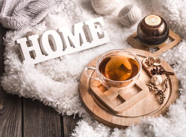 木製の文字とお茶のコンポジション