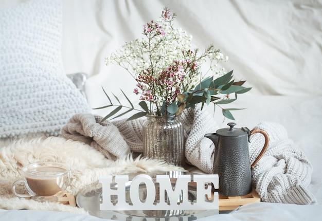 一杯のコーヒーと家の春の静物