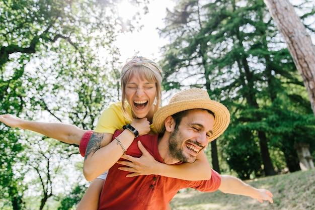Романтическая пара в любви, весело вместе, играя открытый самолет, спекуляция в летнее время.