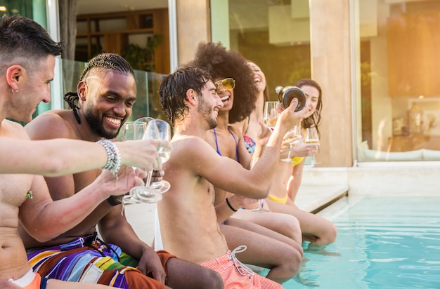 若者が笑って、豪華なトロピカルリゾートでの休暇で楽しんで