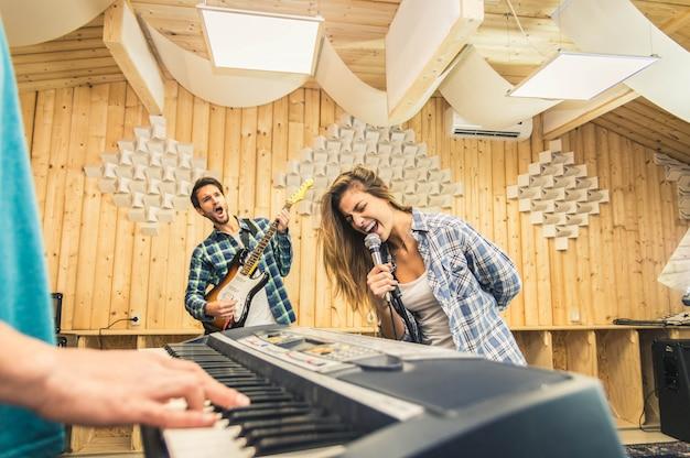 Запись музыки молодой группы в студии.