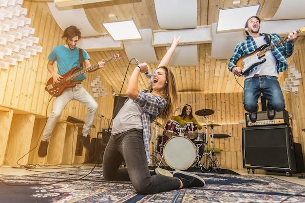 Молодая музыкальная группа играет песню