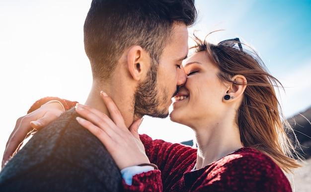 愛の官能的なカップルが屋外キスします。