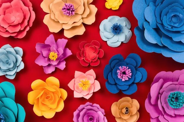 赤いテーブルの上のペーパークラフトの花