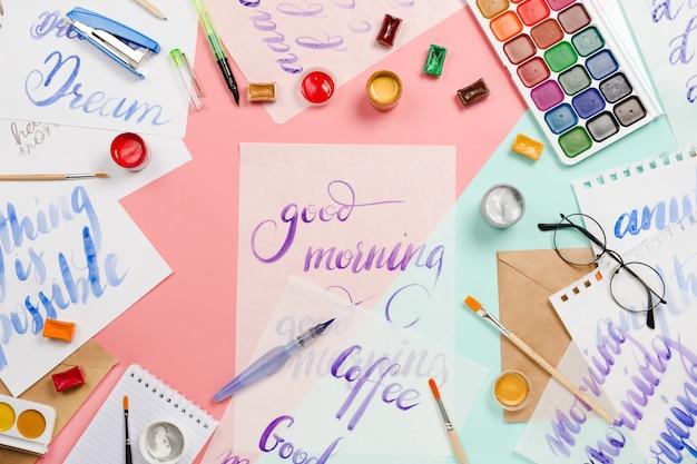 Акварели, кисти, стаканы, кисти, краски, листы для надписей и другие канцелярские и художественные принадлежности
