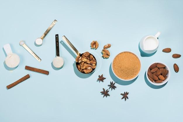 Различная продукция для хлебобулочных и хлебобулочных изделий на голубом, плоском