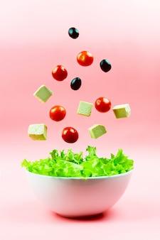 サラダ成分チェリートマト、オリーブ、豆腐チーズ、ボウルに落ちる