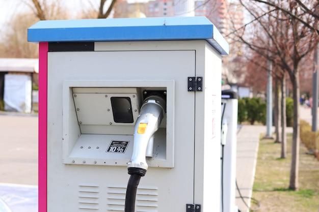 Устройство для зарядки электромобилей на улице