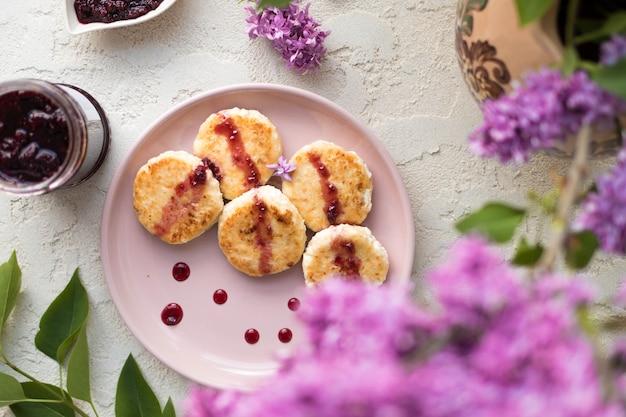 夏の朝食ローストチーズケーキ、健康的な甘い朝食