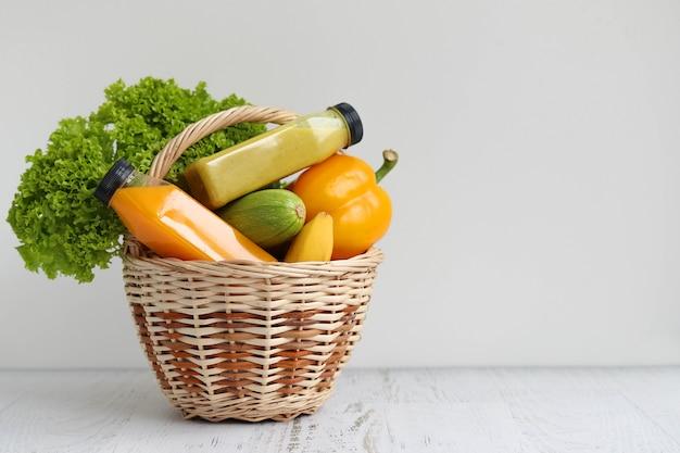 Корзина с разноцветными фруктами и овощами для хорошего здоровья